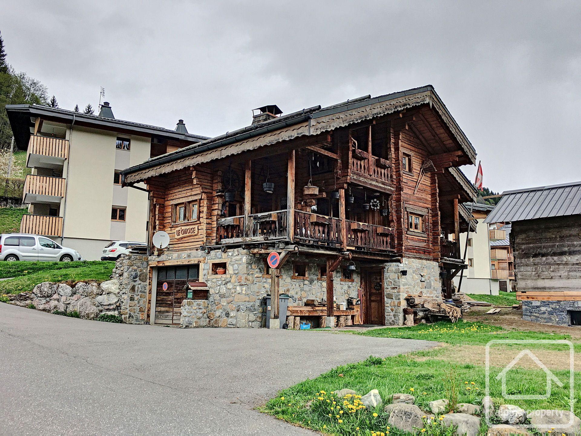 Chalet-style house: Alpine charm