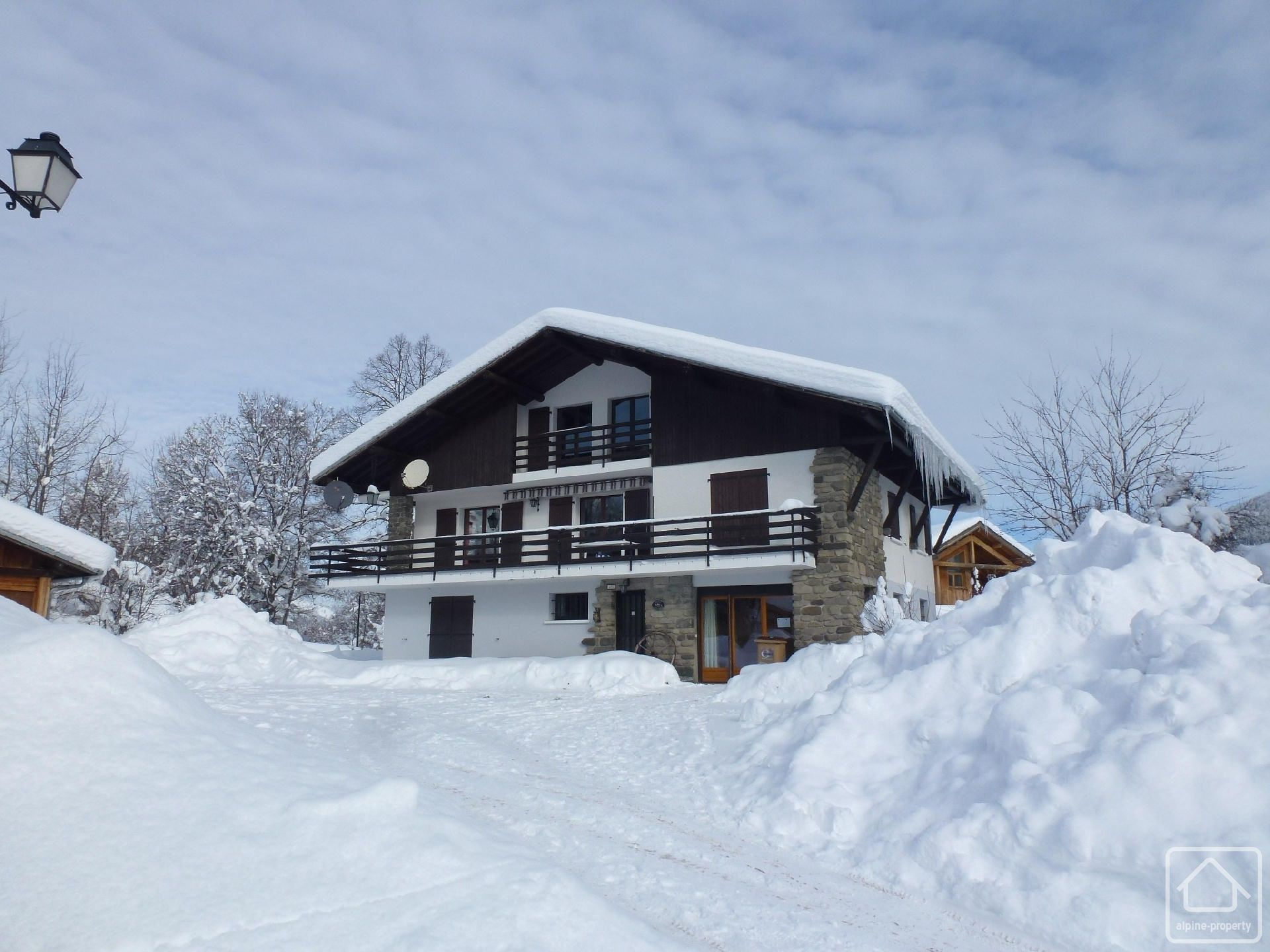 Chalet cyclamen alpine property estate agent in the french alps - Garage du ski les carroz ...